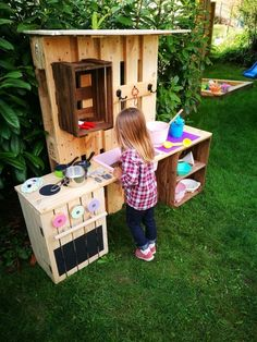 Build a Mud Kitchen - From Fruit Crates & Pallets with Instructions - DIY - Do it yourself - Selber Machen - Europaletten - Diy Furniture Building, Outdoor Furniture Plans, Kids Play Kitchen, Mud Kitchen, Old Pallets, Wooden Pallets, Wine Crate Table, Welcome Design, Garden Boxes