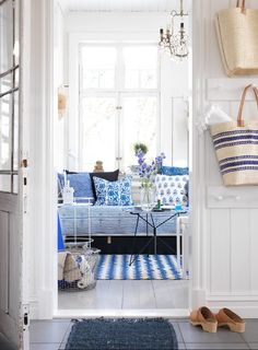 Swedish summer house interior in white and blue. Sommarhus i vitt med blå detaljer.