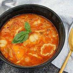 Suppe fra Toscana | Opskrift på nem italiensk minestronesuppe Tortellini, Orzo, Soup Recipes, Snack Recipes, Tuscan Soup, Healthy Snacks, Healthy Recipes, Pasta, Soup And Salad