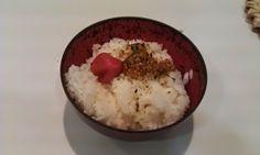 不味そう飯: イリコのフリカケとウメボシご飯。たいへんに粗末な物である。マヨネーズをかけると豪華になるのだが……。...