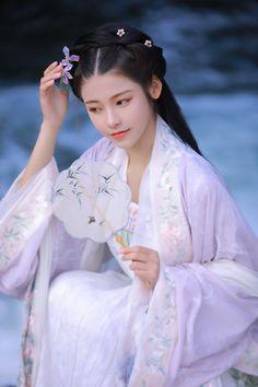 知否_人像_POCO摄影,汉服,拍·我的2018 Traditional Japanese Kimono, Traditional Fashion, Traditional Dresses, Traditional Chinese, Asian Style Dress, Korean Girl Photo, Beautiful Chinese Girl, Pretty Asian, Oriental Fashion