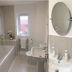 Kleines Badezimmer Mit 2 Waschbecken In Grautönen Mit TWINLINE 2  Duschbadewanne Und Orchideen Motiv Auf Fliesen Www.artweger.at