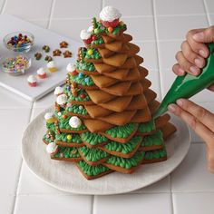 Decorating your gingerbread tree with green icing... Kakgran med grön glasyr för den som gillar mycket färg...
