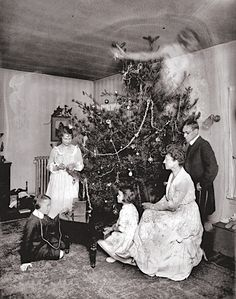 Real Ghost Pictures: A Christmas Haunting - Paranormal 360 Vintage Bizarre, Creepy Vintage, Creepy Old Photos, Creepy Images, Photos Of Ghosts, Haunting Photos, Ghost Pictures, Creepy Pictures, Ghost Pics