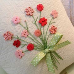 Button flowers on cards Diy And Crafts, Crafts For Kids, Arts And Crafts, Paper Crafts, Hand Embroidery, Embroidery Designs, Craft Projects, Sewing Projects, Fabric Cards
