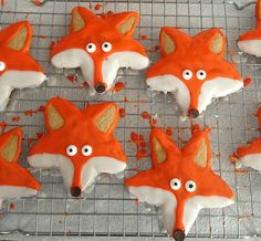 fox cookies on cooling rack