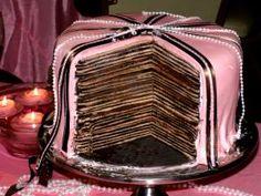 Tarta rosa, con finas capas de chocolate y bizcocho