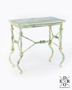 """Beistelltisch """"Florina"""" im trendigen Vintage Look aus geschmiedeten Eisen und Holz gefertigt. Platzieren Sie den Tisch neben der Couch um Ihre Getränke oder Snacks abzustellen, oder setzen Sie den dekorativen Tisch ein, um Blumen oder nette Deko Objekte darauf zu platzieren. Das ausgefallene Design und die angesagte Vintage Optik machen dieses Möbelstück zu einen wahren Highlight in Ihrem Zuhause. Auch bestens für die überdachte Terrasse und den Balkon geeignet. Teak, Home Living, Vanity Bench, Vintage, Furniture, Design, Home Decor, Terrace, Objects"""