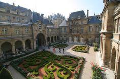 Musée Carnavalet , le musée de l'histoire de Paris  est installé dans deux hôtels particuliers du Marais (entrée 23 rue de Sévigné, IIIe). Il conserve des collections évoquant la vie quotidienne et intellectuelle de la capitale, de la préhistoire à nos jours