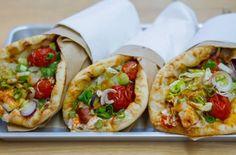 Filakia / LA spécialité : le Souvláki (sandwich grec à la viande et aux légumes grillés) / Adresse : 9 rue Mandar 75002 Paris Gyoza Bar, Croque Mr, Paris Food, Tacos, Chips, Ethnic Recipes, Paris Paris, Greek Sandwich, Soup Bar