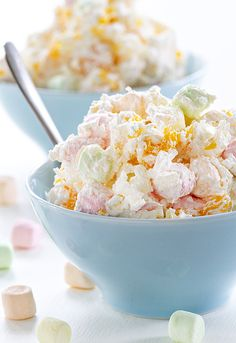 Hawaiian Marshmallow-Salat-Rezept - Recipes to try - Hawaiian Desserts, Köstliche Desserts, Delicious Desserts, Yummy Food, Hawaiian Recipes, Hawaiian Party Foods, Hawaiian Luau Food, Tropical Party Foods, Tropical Cupcakes