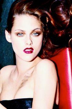 Kristen Stewart - She looks stunning in this picture .