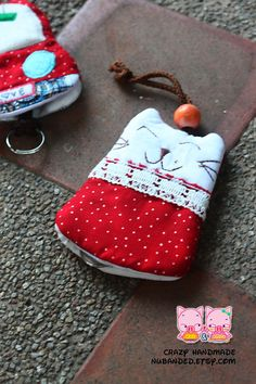 Resultado de imagem para patchwork case for key Cute Sewing Projects, Sewing Hacks, Sewing Crafts, Diy Projects, Softies, Sewing To Sell, Key Pouch, Bazaar Ideas, Key Covers