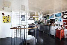 Cool! Binnenkijken in het Parijse appartement van een verzamelaar - Roomed | roomed.nl