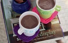 Para esquentar e adoçar a alma, chocolate quente com rum em xícaras apoiadas em porta-copos de crochê feitos por Ciça Cordeiro