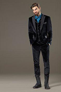 Edel und dabei trendy gibt sich ein Anzug aus feinem Samt (von Baldessarini). Materialkontraste und ungewöhnliche Details runden das stylish...
