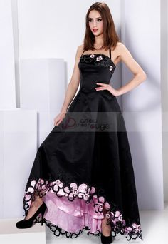 Hermoso vestido de noche con tirantes finos y acentuado con bordados