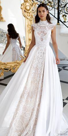 Vestido de noiva romântico gola alta com renda no centro em off white e tecido liso branco nas laterais. Dá a idéia de poder, realeza e ao mesmo tempo delicadeza e romantismo.