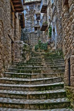 Valderrobres, Teruel Unusual Buildings, Ancient Buildings, Beautiful Streets, Beautiful Places, Outside World, Landscape Drawings, Spain Travel, Abandoned Places, The Good Place
