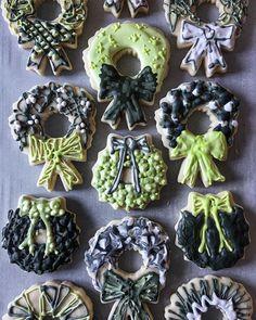 Christmas wreaths iced in greyscale and green. #imsomartha