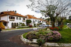 Uma vila em Curitiba inspirada em Portugal Primeiro condomínio de casas de Curitiba fica no São Lourenço, guarda história pouco conhecida e tem a assinatura de um dos arquitetos mais emblemáticos da cidade.