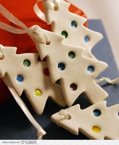 leuke-kerstboompjes-van-brooddeeg Christmas Crafts For Kids, Christmas 2017, Christmas Projects, Holiday Crafts, Christmas Time, Salt Dough Ornaments, Clay Ornaments, Christmas Ornaments, Christmas Decorations Australian