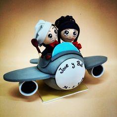 Novios en avión.