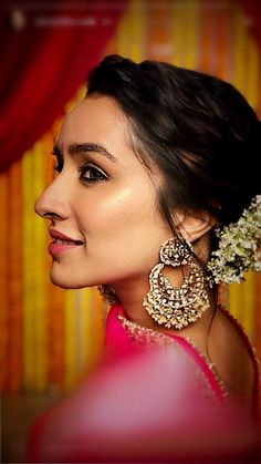 One of the most popular and highest paid actresses in India, Shraddha Kapoor is on fire when it comes to her fashion sen Shraddha Kapoor Hot Images, Shraddha Kapoor Cute, Kareena Kapoor, Ranbir Kapoor, Priyanka Chopra, Deepika Padukone, Beautiful Bollywood Actress, Most Beautiful Indian Actress, Beautiful Actresses