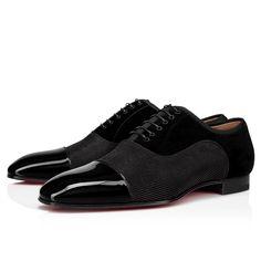 Modèle iconique de la Maison Christian Louboutin, l'oxford Greggo se distingue par un mariage de textures qui sublime sa silhouette longiligne et élégante. En cuir verni noir, son bout effilé contraste avec la suédine texturée et le velours de son empeigne. Avec ses finitions délicates et son laçage discret, il est citadin et intemporel. Black Flats, All Black Sneakers, Louboutin Online, Red Sole, Formal Shoes, Christian Louboutin Shoes, Black Patent Leather, Online Boutiques, Leather Men