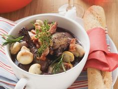 Hahn in Weinsoße (Coq au vin) ist ein Rezept mit frischen Zutaten aus der Kategorie Hähnchen. Probieren Sie dieses und weitere Rezepte von EAT SMARTER!