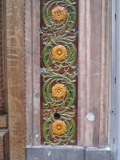 Antique exterior tile use. Azulejos Art Nouveau, Art Nouveau Tiles, Art Nouveau Design, Antique Tiles, Vintage Tile, Tile Art, Mosaic Tiles, Distressing Chalk Paint, Exterior Tiles