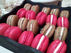 Macarons de fresa y macarons de chocolate con manzana caramelizada.