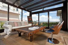 En el porsh de esta casa los neutros dan la base y sobre ellos se trabajan estilos versátiles de decoración.