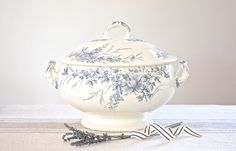 A lovely faïence tureen by Creil & Montereau, with the mark dating this piece back to late 19th/early 20th century. It has a floral