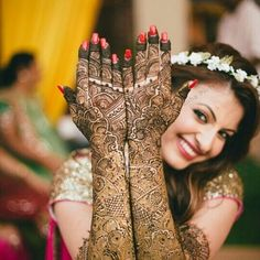 Best hand mehendi ideas for the wedding bride.