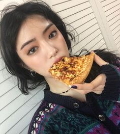 And yet she looks flawless while eating pizza...