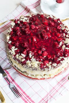 Himbeer Torte – Der absolute Himbeer Traum Mit Vanilliecreme Today there is delicious raspberry cake for you, with a lot of vanilla cream and a lot of fruit already in the floors. That makes every cake even more delicious.