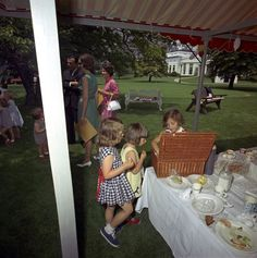 Caroline Kennedy Attends Children's Picnic at the White House - John F. Los Kennedy, Caroline Kennedy, Sweet Caroline, Familia Kennedy, John Junior, 1970s Childhood, Lawn Party, Presidential Libraries
