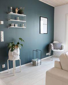 Turkoosi väri seinällä nostaa sisustuksen valkoiset huonekalut ja muut yksityiskohdat upeasti esiin