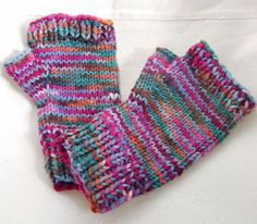 These are the mitts I'm in the process of knitting now.  It's the first time I'm following a pattern.  Wish me luck!  ;-)