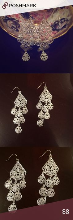Beautiful Dangle Earrings These are beautiful silver toned dangle earrings! They were never worn so they are in excellent condition 😊 Beautiful piece to dress up any outfit! Jewelry Earrings