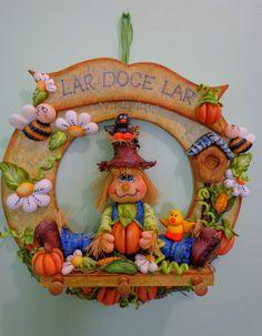 Guiralnda Porta chaves Espantalho Clay Ornaments, Christmas Ornaments, Clay Fairy House, Clay Fairies, Clay Figurine, Pasta Flexible, Cold Porcelain, Halloween Decorations, Diy And Crafts