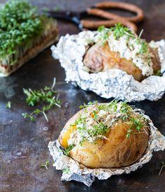 Gepofte aardappel met makreelsalade Green Eggs, I Love Food, Salmon Burgers, Camembert Cheese, Bbq, Oven, Ethnic Recipes, Drink, Quotes