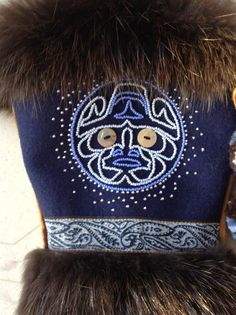 Mens mitts by Carmen Dennis (Tahltan) Native American Regalia, Native American Beadwork, Seed Bead Patterns, Beading Patterns, Painted Feathers, Native Wears, Feather Painting, Darning, Beading Ideas