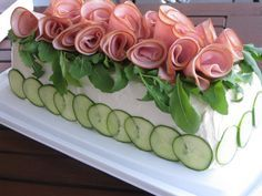 Just pinned for the photo, as I cannot read the website. Great decor on a sandwich loaf for catering. Sandwhich Cake, Sandwich Torte, Sandwich Recipes, Appetizer Recipes, Meat Sandwich, Appetizers, Entree Festive, Salad Cake, Party Sandwiches