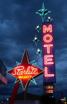 Motel Starlite Motel North Las Vegas, Nevada: Awesome photo, neon isn't the easiest thing to get photos of!Starlite Motel North Las Vegas, Nevada: Awesome photo, neon isn't the easiest thing to get photos of! Photo Wall Collage, Picture Wall, Retro Signage, Neon Licht, Vintage Neon Signs, Old Signs, Old Neon Signs, Look Vintage, Vintage Diner