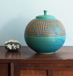 i really love this style of pottery. would look adorable in my living room with its current color scheme.