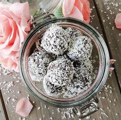 (KIDS FAVORITE; CHOCOLATE BALLS ON DATES )  Dessa chokladbollar är min nya besatthet. Så sjukt goda att de slår ut de klassiska chokladbollarna med hästlängder! Sa jag att de dessutom bara…