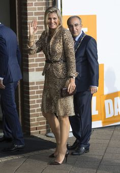 Queen Maxima Of The Netherlands Visits Social Employment Agency Breed on 07 October 2014 in Nijmegen The Netherlands. Vogue Fashion, Royal Fashion, Girl Fashion, Style Fashion, Dutch Queen, Christian Dior, Estilo Real, Queen Dress, Queen Maxima