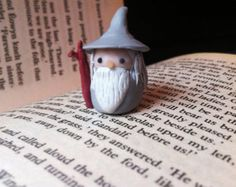 teachingliteracy: Little Gandalf the Grey on etsy. Polymer clay chibi kawaii LotR Lord of the Rings Fellowship of the Ring Fimo Clay, Polymer Clay Charms, Polymer Clay Creations, Bolo Hobbit, The Hobbit, Clay Projects, Clay Crafts, Jumping Clay, Cute Clay